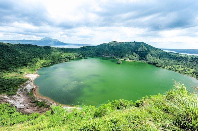 Vista panoramica del lago all'interno del Vulcano Taal nelle Filippine