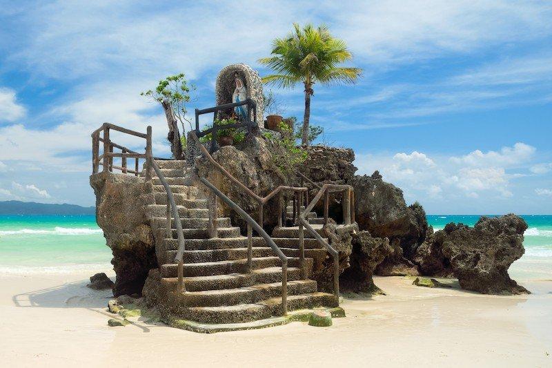 Willy's Rock incastonata nel mare cristallino di Boracay, Filippine