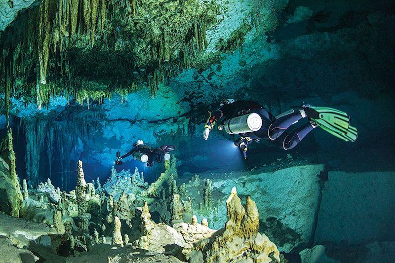 Turisti che praticano Cave diving in Thailandia